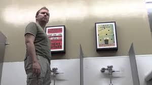 spiare in bagno fare foto nei bagni pubblici