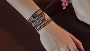 close up female u0027s hands paint mehendi on hand woman making henna