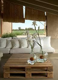 gros coussins de canapé gros coussin gifi pour canape en palette en bois fleurs sur la table