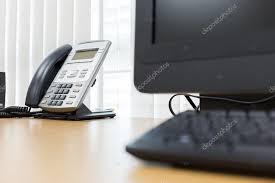 bureau d ontable téléphoniques et informatiques sur table de travail du bureau des