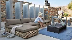 canape tresse exterieur du mobilier en rotin à installer dans le jardin comme au salon