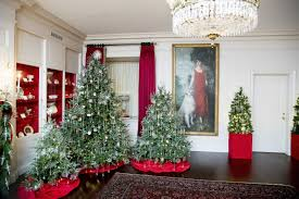 christmas decorated home michelle obama unveils holiday decorations at white house wwd