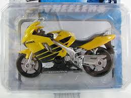honda cbr 600 yellow amazon com honda cbr 600 f4 motorcycle 1 18 scale model by maisto