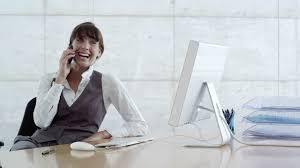 femme de bureau femme d affaires téléphoner bureau business 4k stock