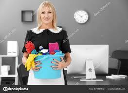 femme de m駭age bureau femme de ménage avec nettoyage des fournitures de bureau