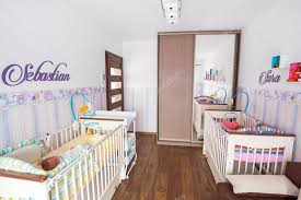 chambre jumeaux bébé chambre jumeaux bébé avec des fonds d ecran pastels photographie