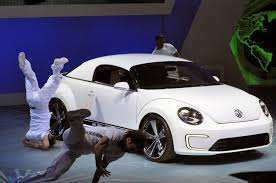 volkswagen beetle concept volkswagen debuts jetta hybrid all electric beetle concept at