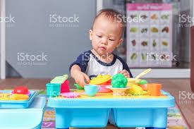 cuisine enfant 18 mois mignon petit asiatique 18 mois1 an vieux toutpetit bébé garçon