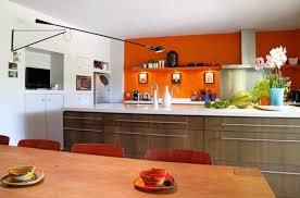cuisine verte et marron simple comptoir en bois naturel bol céramique vert foncé récipient