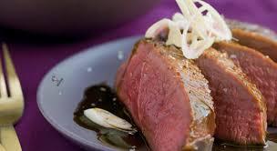 cuisiner un filet de canard un filet de canard français mariné à la sauce yakitori