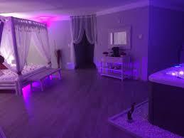 chambre avec jaccuzi cuisine location romantique avec et piscine proche de nã
