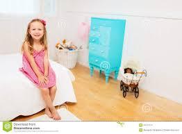 dans sa chambre fille dans sa chambre photo stock image du fille mignon