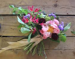 wedding flowers diy should you diy your wedding flowers 10 dos don ts to help you