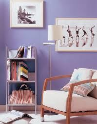 muebles decapados en blanco aligera el color oscuro de las paredes con muebles de madera