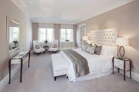 chambre taupe tête de lit en cuir blanc capitonné et coussins