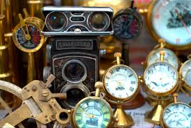 file antiques being sold on colaba causeway jpg wikimedia commons