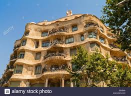exterior la pedrera the stone quarry or casa milà an undulating