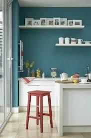 cuisine mur bleu cuisine avec mur bleu canard et touches de déco cuisine bleu