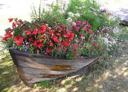 22 landscaping ideas to reuse and recycle boats for yard decorations
