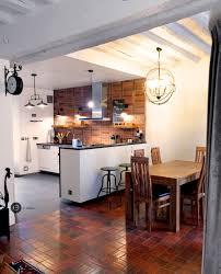 cuisine tomettes cuisine ouverte avec mur en brique tomettes et poutres blanches