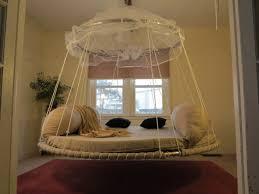 chambre a coucher avec lit rond le lit suspendu designs créatifs et incroyables archzine fr