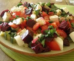 cuisiner des betteraves rouges salade de courgettes tomates betteraves et mozarella recette de