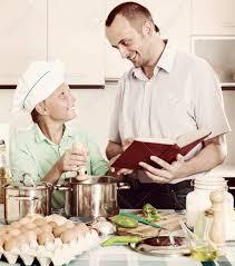 livre cuisine homme sourire homme ordinaire et fils adolescent cuisine ensemble avec