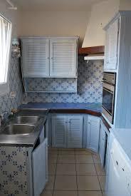 cuisine blanche mur decoration cuisine bleu et jaune
