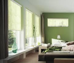 schlafzimmer verdunkeln raffrollos blickfangende fensterdekoration und sichtschutz