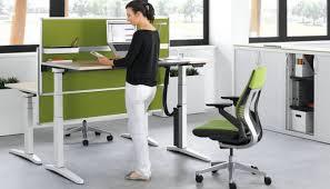 hauteur de bureau de travail bureau reglable en hauteur ology ergos
