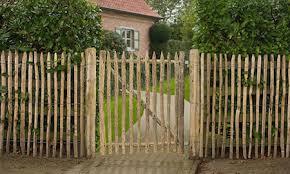 cloture jardin bois clôture de jardin en bois de châtaignier amenagements exterieurs