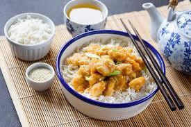 cuisine avec du riz bol de riz chinois de cuisine avec le poulet et les graines de