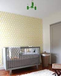 chambre bébé papier peint déco chambre bébé papier peint jaune lit chaine chambre bébé