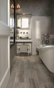 wandleuchten für badezimmer bodenbelag design badezimmer holzoptik porzellan badewanne