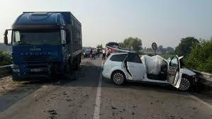 camion porta auto auto contro camion morta una donna di faule la sta