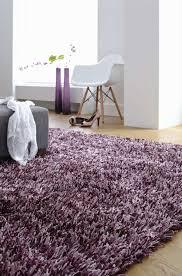 tapis chambre à coucher comment rafraîchir l intérieur grâce au tapis violet 23 photos