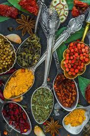 les herbes de cuisine les épices et les herbes dans des bols en métal alimentation et