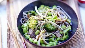 cuisiner brocolis a la poele recette poêlée de soba au sésame brocolis et edamame recettes les
