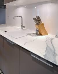 travailler en cuisine plan de travail imitation marbre blanc maison design bahbe com 8 c