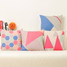 coussin design pour canape coussins géométriques roses pour coussins design canapé triangle
