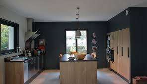 cuisine mur et gris cuisine contemporaine peinture mur gris foncé cuisine en chêne et