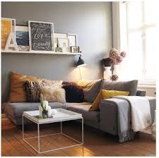 que mettre au dessus d un canapé une étagère porte cadres et plein de cadres au dessus d un