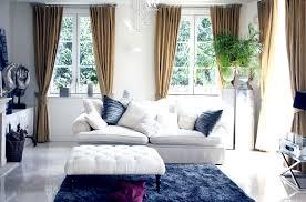 Wohnzimmer Einrichten Buddha Viele Kissen Auf Der Couch Führen Dazu Dass Sich Gäste Wie Auch