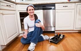 femme qui cuisine conseils pour poser une cuisine équipée bricolage