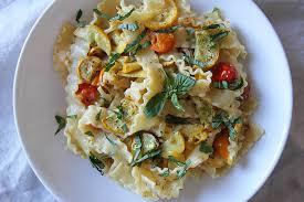 comment cuisiner les courgettes jaunes pâtes aux courgettes jaunes rôties tomates cerises basilic the