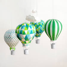 mobile chambre enfant diy un mobile bébé montgolfières