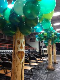 balloon trees for a wizard of oz themed homecoming dance