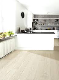 parquet stratifié dans cuisine parquet clair amnagement parquet cuisine clair parquet stratifie