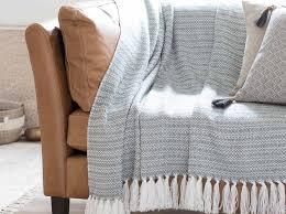 plaid canapé leçon de déco relooker canapé sans le changer décoration