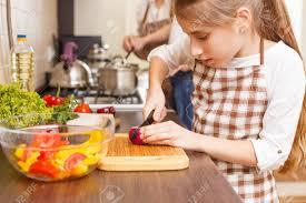 la cuisine familiale fond de cuisine familiale fille coupant l oignon en